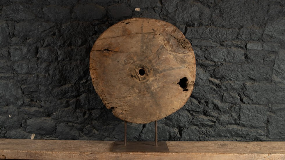 ROUE ANCIENNE EN BOIS SOCLE EN METAL - 89 CM