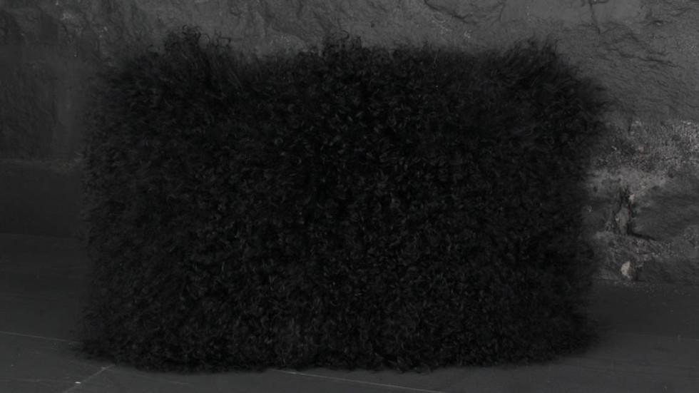 COUSSIN À POILS LONGS - NOIR - 45x30CM