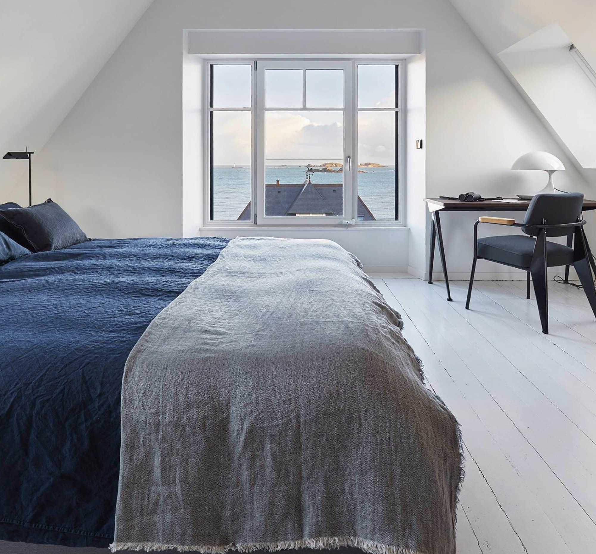 s lection bleu indigo tapis plaid coussin vaisselle la maison g n rale la maison g n rale. Black Bedroom Furniture Sets. Home Design Ideas